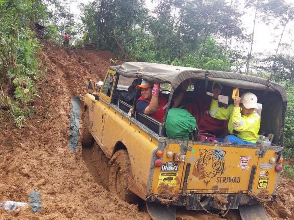 Saat Land Rover Tua Diandalkan untuk Bantu Korban Bencana Bogor