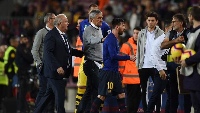 BARCELONA, SPAIN - NOVEMBER 11: Quique Setien manager of Real Betis pats Lionel Messi of Barcelona on the back after the La Liga match between FC Barcelona and Real Betis Balompie at Camp Nou on November 11, 2018 in Barcelona, Spain.  (Photo by Alex Caparros/Getty Images)