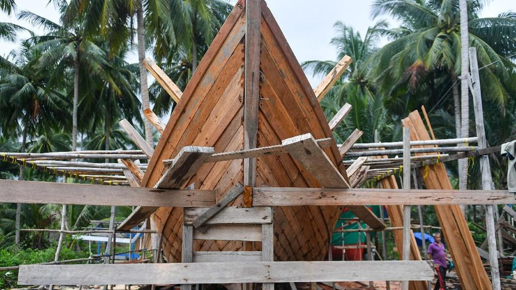 Intip Proses Pembuatan Kapal Motor di Natuna