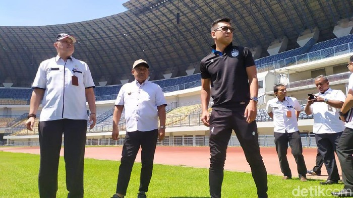 Wakil Wali Kota Bandung Yana Mulyana bersama Direktur PT PBB Teddy Tjahjono tinjau Stadion GBLA.