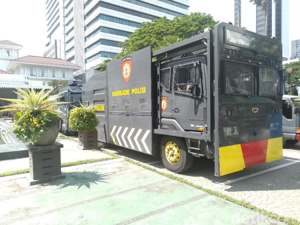 Water Cannon Siaga Hadapi Demo Pro dan Kontra Anies