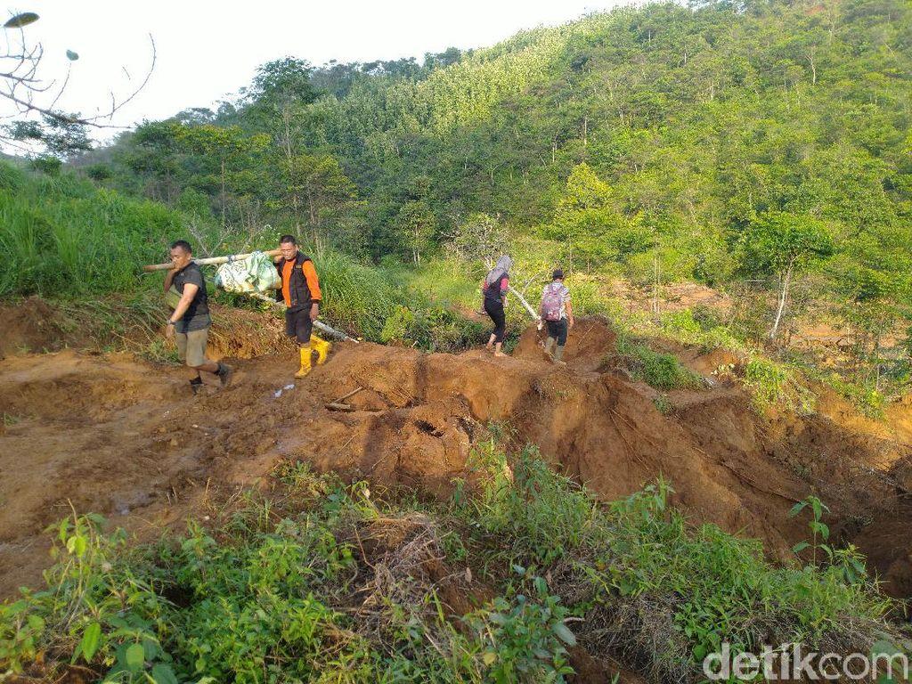 Tim CT Arsa Foundation Taklukkan Medan Berat demi Salurkan Bantuan ke Desa di Sukajaya