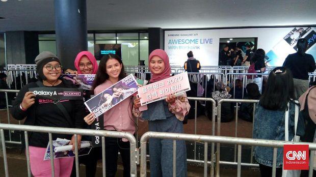 Para penggemar BLACKPINK jelang jumpa fan di Jakarta, Selasa (14/01).