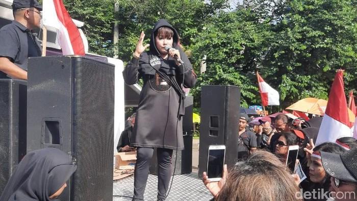 Foto: Dewi Tanjung orasi kritik Anies Baswedan (Yogi Ernes/detikcom)