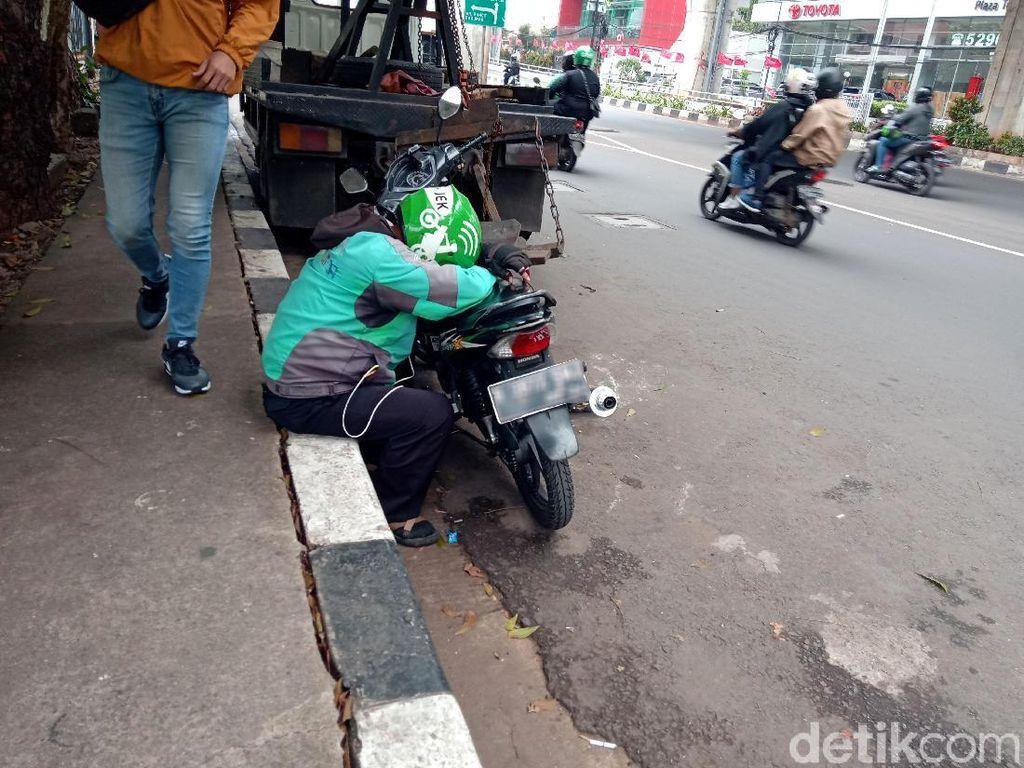 Kelelahan, Pengendara Motor Ketiduran di Pinggir Jalan