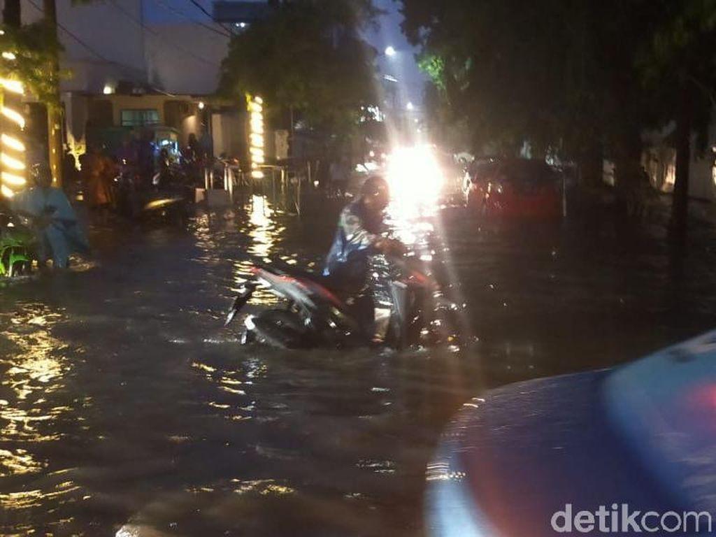 Hujan Deras Terjang Surabaya, Beberapa Kawasan Tergenang Air
