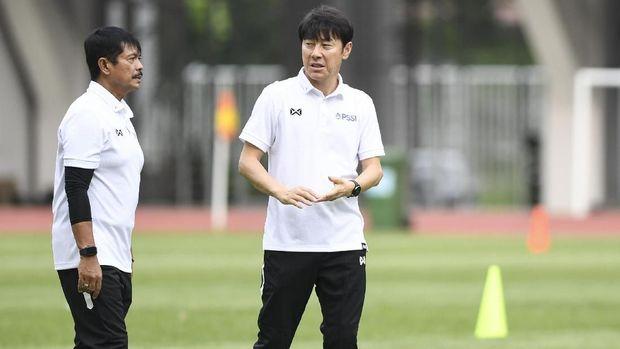 Pelatih Timnas Indonesia Shin Tae-yong (kanan) berbincang dengan asisten pelatih Indra Sjafri saat seleksi pemain Timnas Indonesia U-19 di Stadion Wibawa Mukti, Cikarang, Bekasi, Jawa Barat, Senin (13/1/2020). Sebanyak 51 pesepak bola hadir mengikuti seleksi pemain Timnas U-19 yang kemudian akan dipilih 30 nama untuk mengikuti pemusatan latihan di Thailand. ANTARA FOTO/Hafidz Mubarak A/wsj.