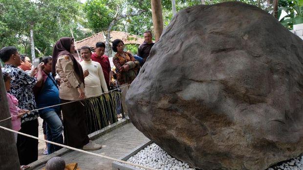 Warga Penasaran Keraton Agung Sejagat, Polisi Batasi Akses