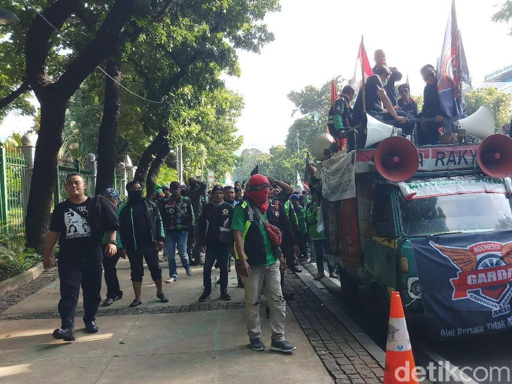 Usai Demo di Kemenhub, Driver Ojol Long March ke Istana