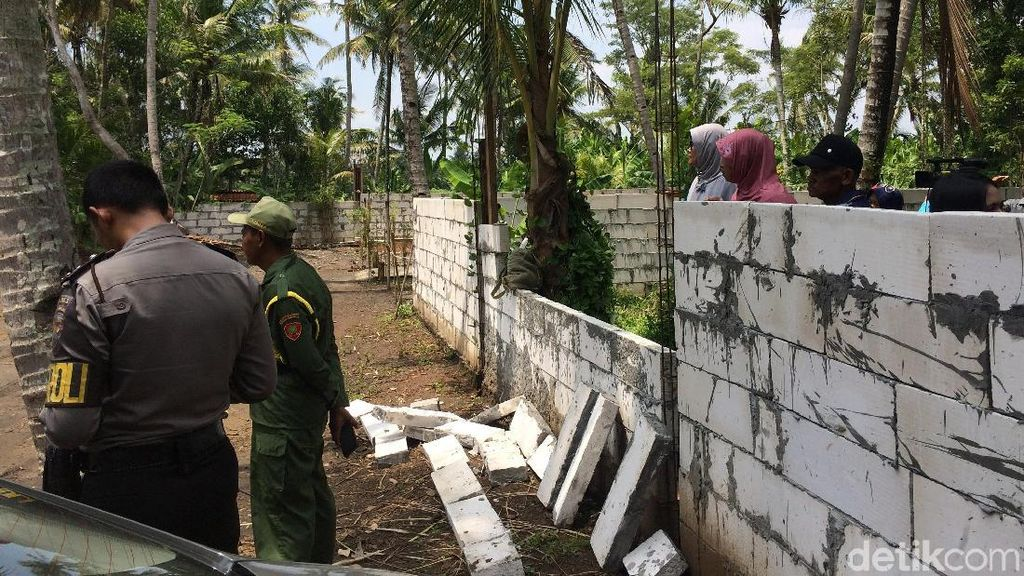 Waduh! Tembok Keraton Agung Sejagat Roboh Akibat Dipenuhi Warga