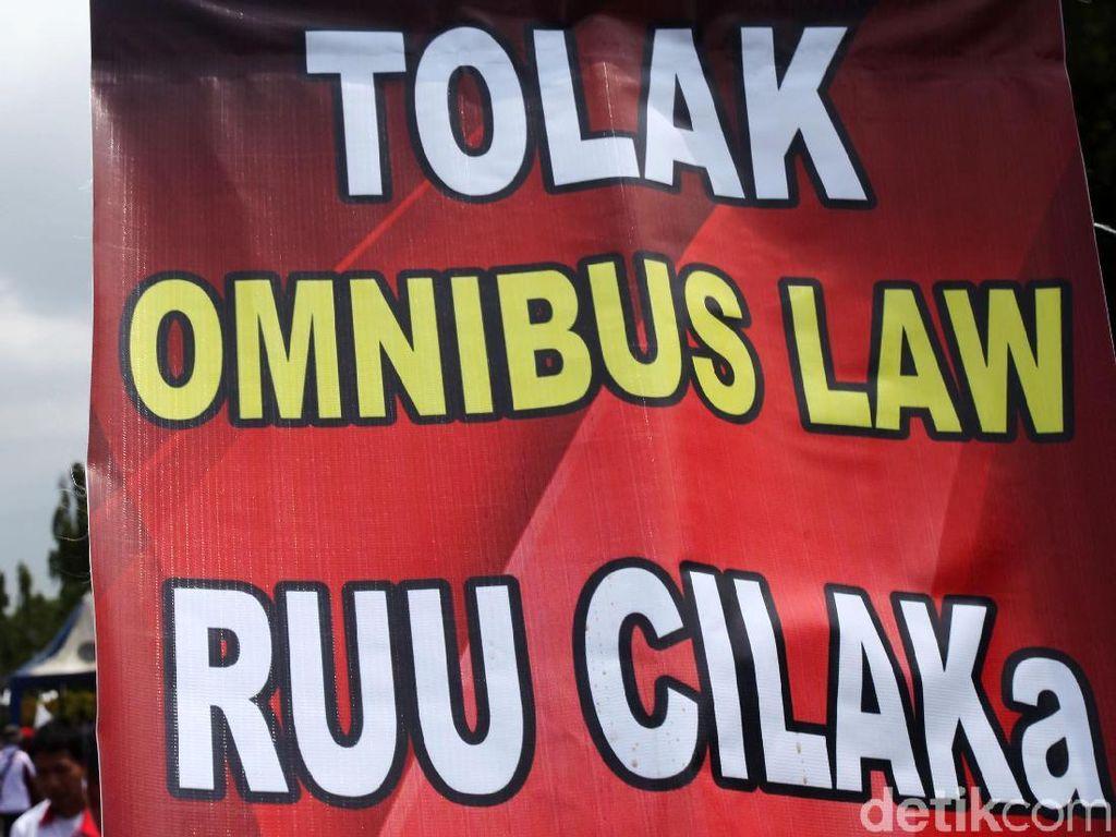 Saat Buruh Resah Tolak Omnibus Law Cipta Lapangan Kerja
