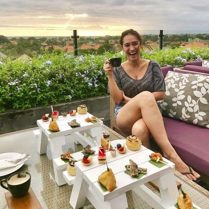 Dengan pemandangan yang indah, sore hari diisi Alexandra ngopi dan ngeteh, ditemani aneka kue manis hingga makanan ringan. Foto: Instagram @got_alex