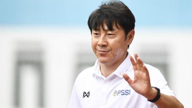 Pelatih Timnas Indonesia Shin Tae-yong menyapa wartawan saat seleksi pemain Timnas Indonesia U-19 di Stadion Wibawa Mukti, Cikarang, Bekasi, Jawa Barat, Senin (13/1/2020). Sebanyak 51 pesepak bola hadir mengikuti seleksi pemain Timnas U-19 yang kemudian akan dipilih 30 nama untuk mengikuti pemusatan latihan di Thailand. ANTARA FOTO/Hafidz Mubarak A/wsj.