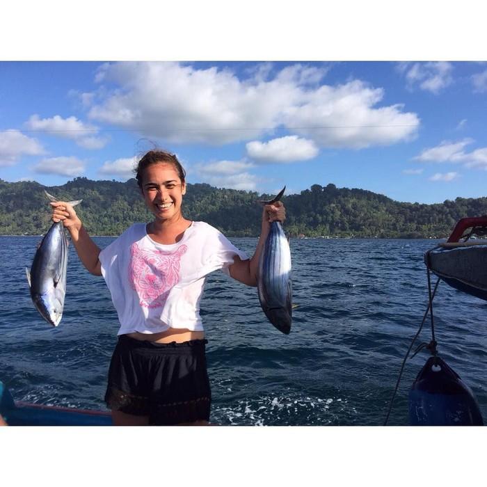 Aktris berusia 35 tahun ini rupanya mahir menangkap ikan. Momen liburannya diisi dengan berlayar ke lautan, sambil menangkap ikan-ikan laut yang segar. Foto: Instagram @got_alex