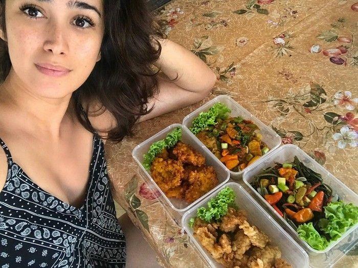 Suka makanan khas Indonesia, aneka tumisan hingga bakwan jagung jadi salah satu menu makan siang favoritnya. Foto: Instagram @got_alex