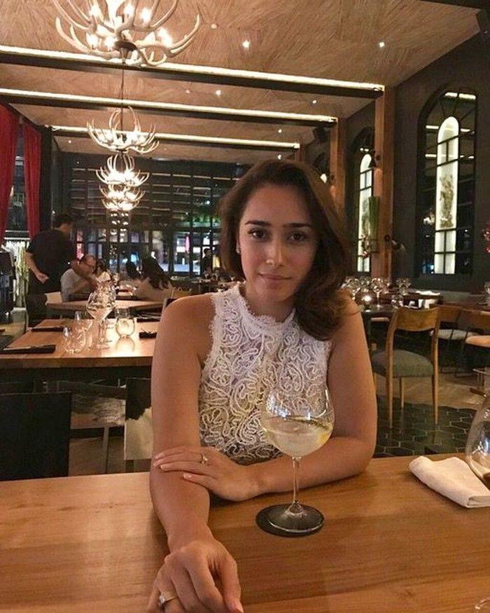 Cantiknya Alexandra saat makan malam di salah satu restoran mewah. Foto: Instagram @got_alex