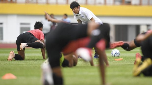 Pelatih Timnas Indonesia Shin Tae-yong memberikan instruksi saat seleksi pemain Timnas Indonesia U-19 di Stadion Wibawa Mukti, Cikarang, Bekasi, Jawa Barat, Senin (13/1/2020). Sebanyak 51 pesepak bola hadir mengikuti seleksi pemain Timnas U-19 yang kemudian akan dipilih 30 nama untuk mengikuti pemusatan latihan di Thailand. ANTARA FOTO/Hafidz Mubarak A/wsj.