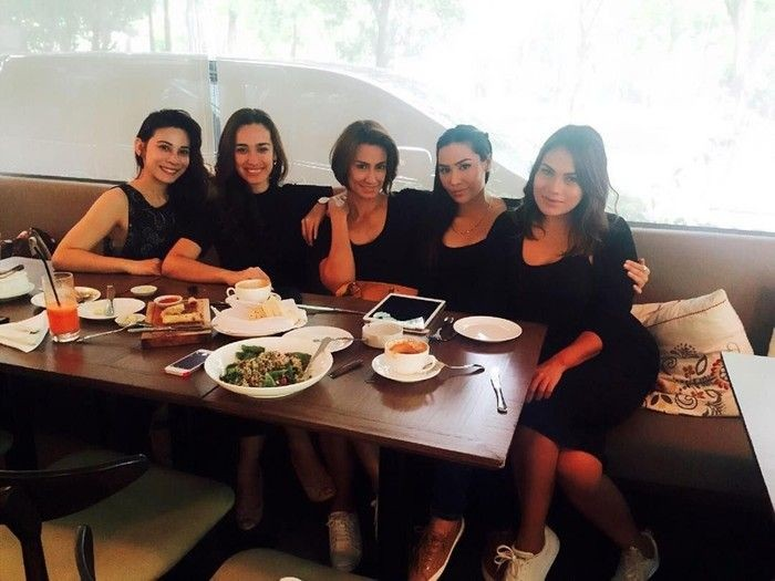 Bersama teman-temannya, Alexandra unggah keseruannya saat makan siang dengan pakaian serba hitam yang elegan. Foto: Instagram @got_alex