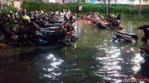 Potret Puluhan Motor Terendam Banjir di Parkiran Darmo Park II