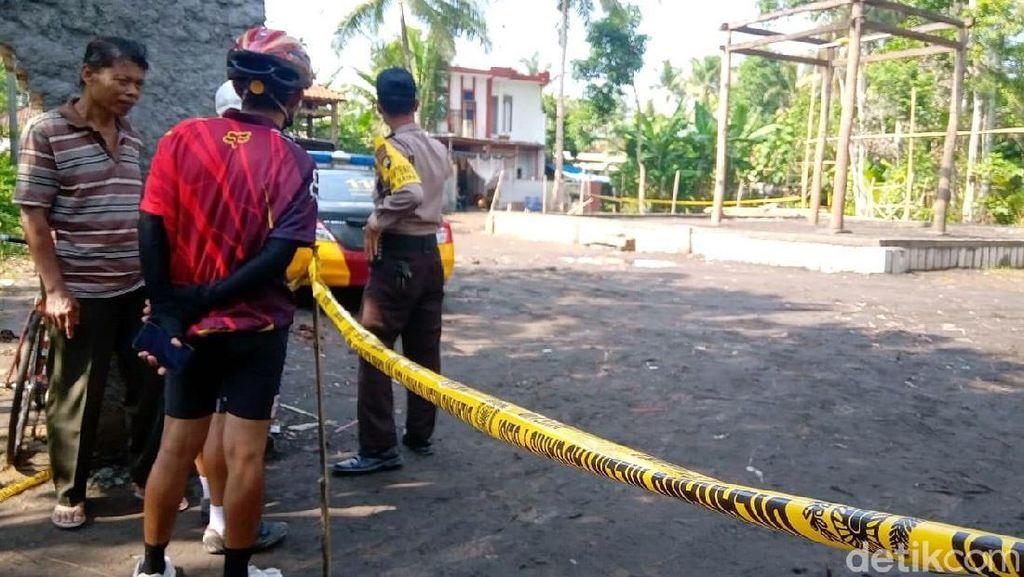 Warga Datangi Keraton Agung Sejagat yang Digaris Polisi