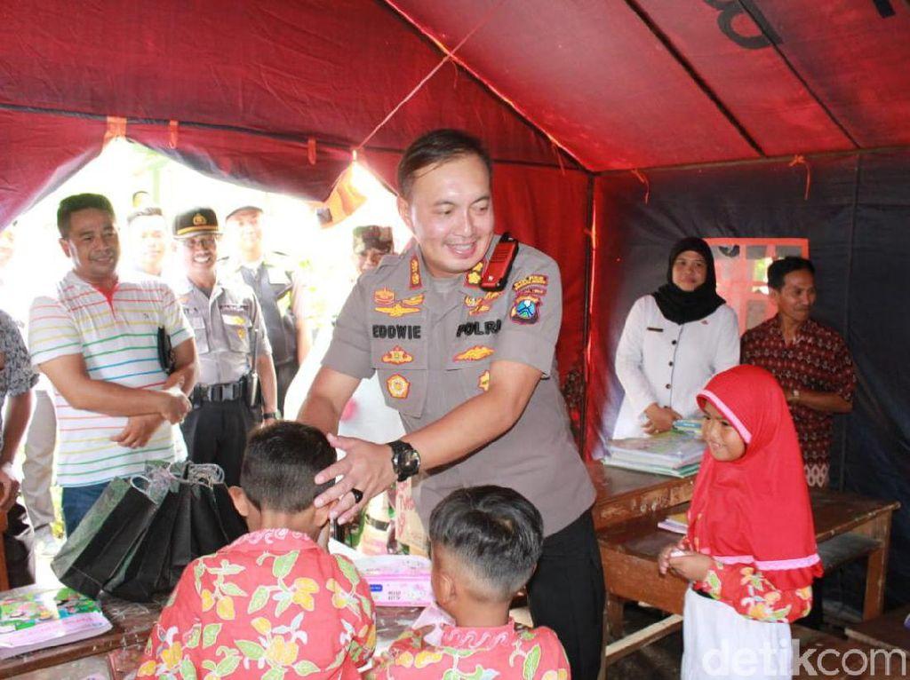 Menengok Siswa-siswi SDN di Probolinggo yang Belajar dalam Tenda Darurat