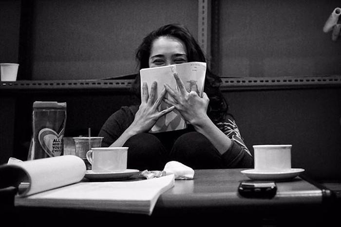 Ngopi sambil bersantai, jadi momen favorit aktris kelahiran Malang ini menghabiskan waktu luangnya. Foto: Instagram @got_alex