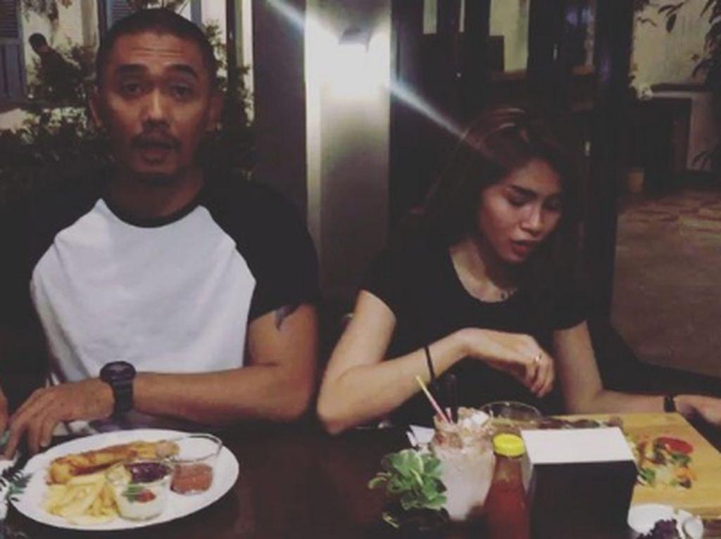Gaya Kocak dan Seru Komika Uus Saat Kulineran di Bandung