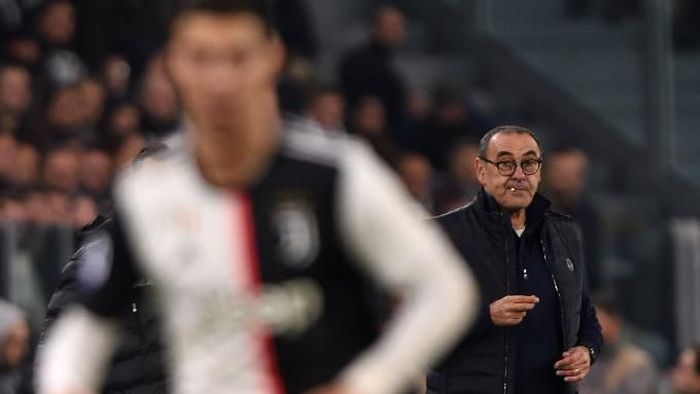 TURIN, ITALY - NOVEMBER 10: Head coach Maurizio Sarri of Juventus looks on as Cristiano Ronaldo controls the ball during the Serie A match between Juventus and AC Milan at Allianz Stadium on November 10, 2019 in Turin, Italy. (Photo by Tullio M. Puglia/Getty Images)