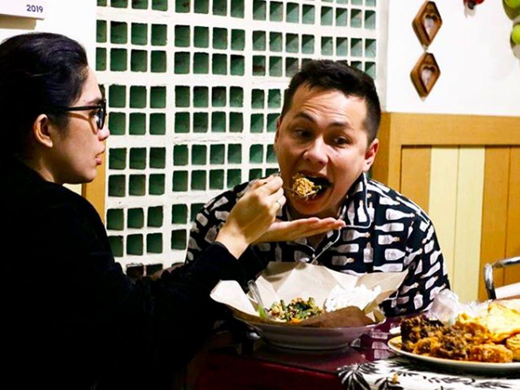 Diserang Nikita Mirzani, Ussy dan Andhika Tetap Kulineran Romantis
