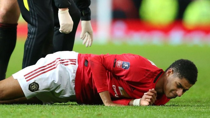 MANCHESTER, ENGLAND - JANUARY 15:  Marcus Rashford of Manchester United lies injured during the FA Cup Third Round Replay match between Manchester United and Wolverhampton Wanderers at Old Trafford on January 15, 2020 in Manchester, England. (Photo by Alex Livesey/Getty Images)