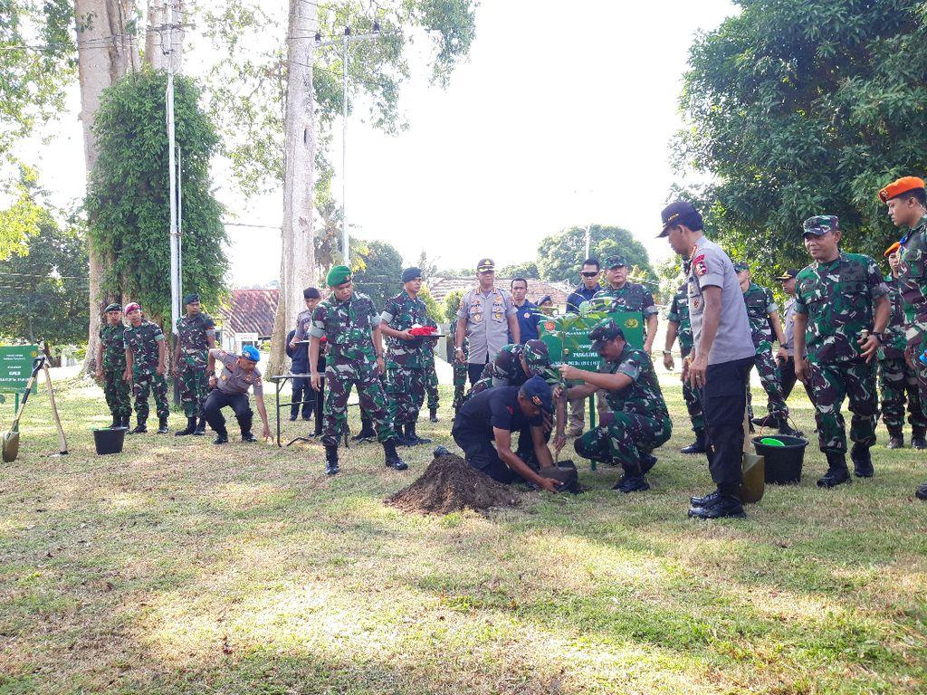 Panglima TNI-Kapolri Senam dan Tanam Pohon Bersama Pesonel di Ambon