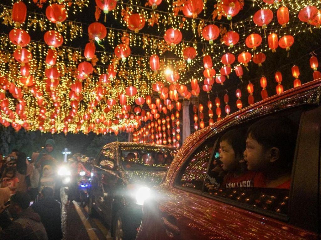 Ribuan Lampion Hiasi Pasar Gede Menjelang Tahun Baru Imlek