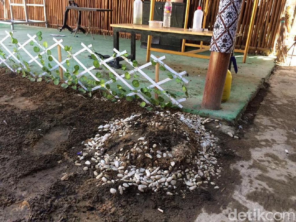 Ada Ritual di Makam Rumah Kontrakan Keraton Agung Sejagat