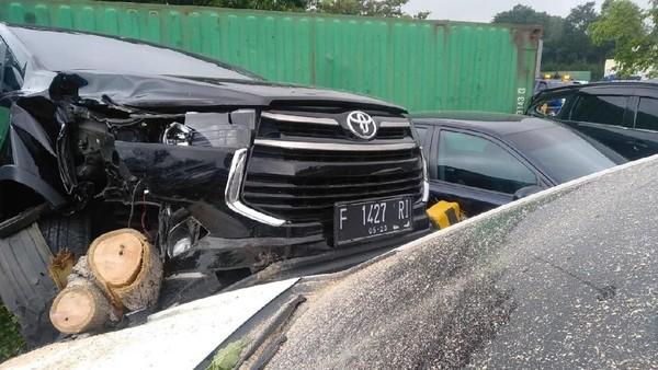 Sejumlah mobil rusak akibat truk terguling di rest area Tol Cipularang. (Foto: istimewa)