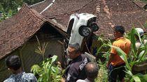 Bikin Kaget, Ada Mobil Nungging di Rumah Warga Gunungkidul