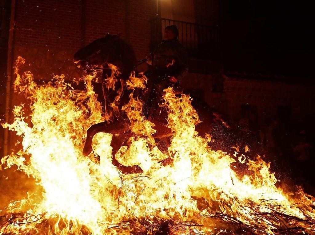 Aksi Para Penunggang Kuda Menerobos Kobaran Api di Spanyol