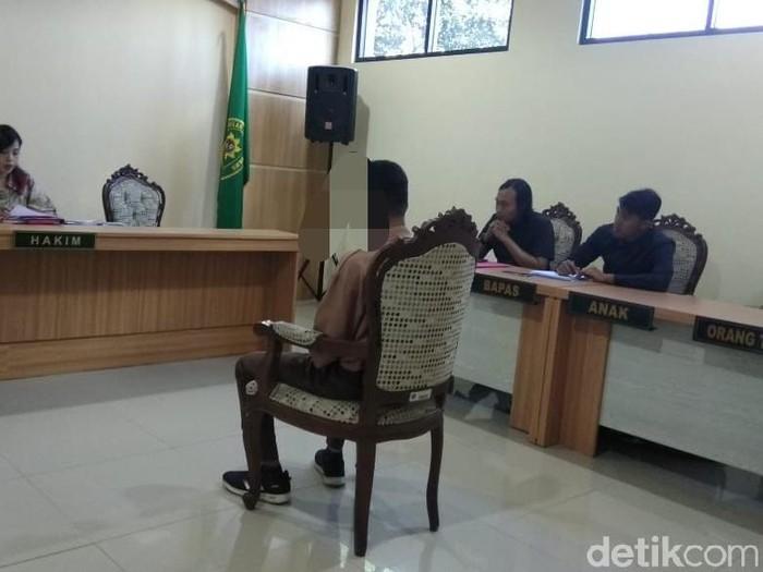Saat ZL (17) menjalani persidangan/Foto: Muhammad Aminudin