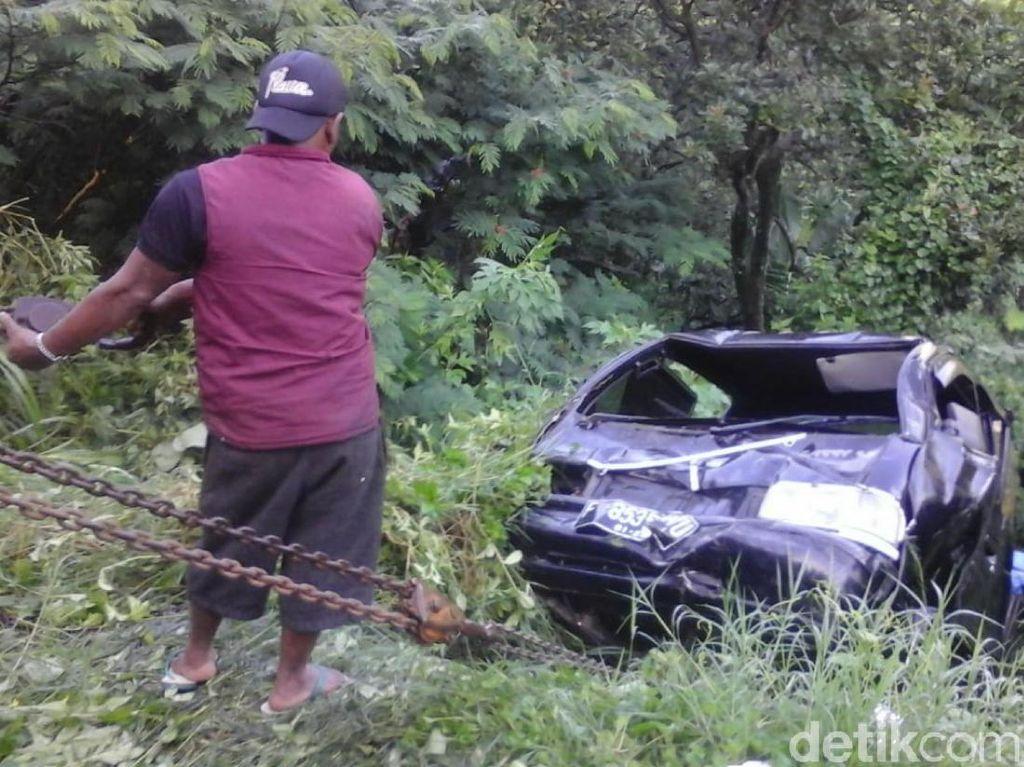 Mobil Tabrak Warga dan Terjun ke Jurang Cianjur, 2 Orang Luka
