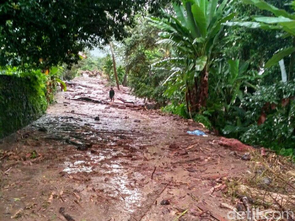 Jalan Tertutup Imbas Banjir Bandang, Warga Tanah Datar Bepergian Lewat Danau