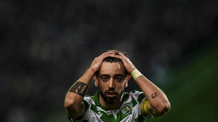 Sportings Portuguese midfielder Bruno Fernandes reacts touching his head after missing a goal opportunity during the Portuguese league football match between Sporting CP and FC Porto at the Jose Alvalade stadium in Lisbon on January 5, 2020. (Photo by PATRICIA DE MELO MOREIRA / AFP)
