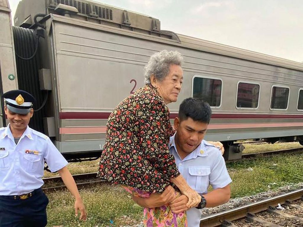 Foto Viral Kondektur Kereta Baik Hati Gendong Penumpang Tua, Bikin Salut