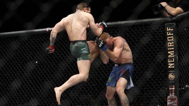 Conor McGregor menggunakan bahu untuk membuat Donald Cowboy Cerrone berdarah.