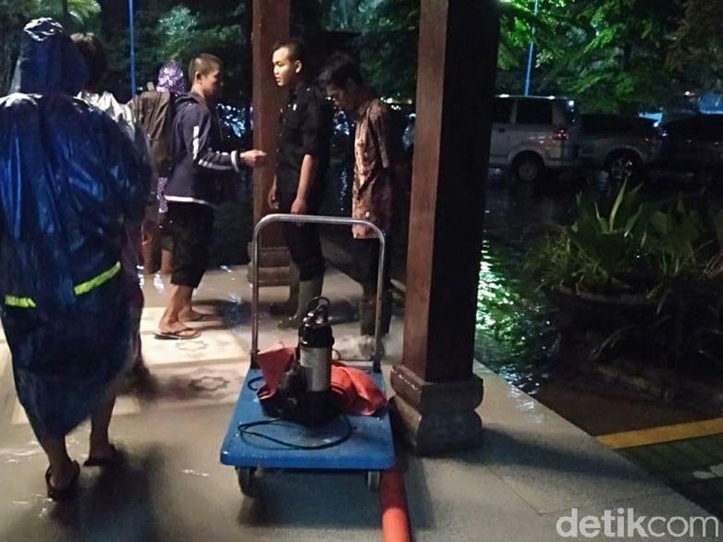 Hujan Dua Jam Menggenangi Ruangan-ruangan di RSUD Sidoarjo