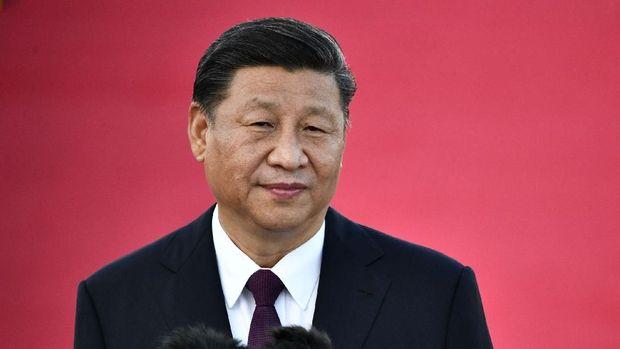 Presiden China Xi Jinping berbicara pada saat kedatangannya di Bandara Internasional Makau di Makau pada 18 Desember 2019, menjelang perayaan 20 tahun transfer Portugal ke China.  Presiden China Xi Jinping mendarat di Makau pada 18 Desember ketika kota itu bersiap untuk menandai ulang tahun ke-20 kembalinya bekas koloni Portugis, sebuah perayaan.  (DINDING ANTHONY / AFP)