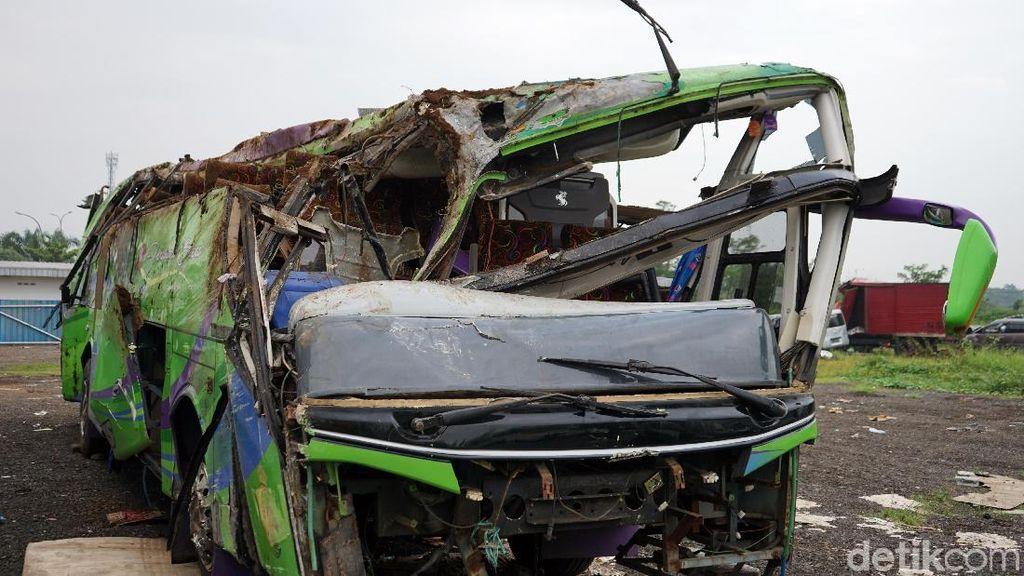 Ngeri! Penampakan Bus Maut yang Ringsek Usai Terguling di Ciater