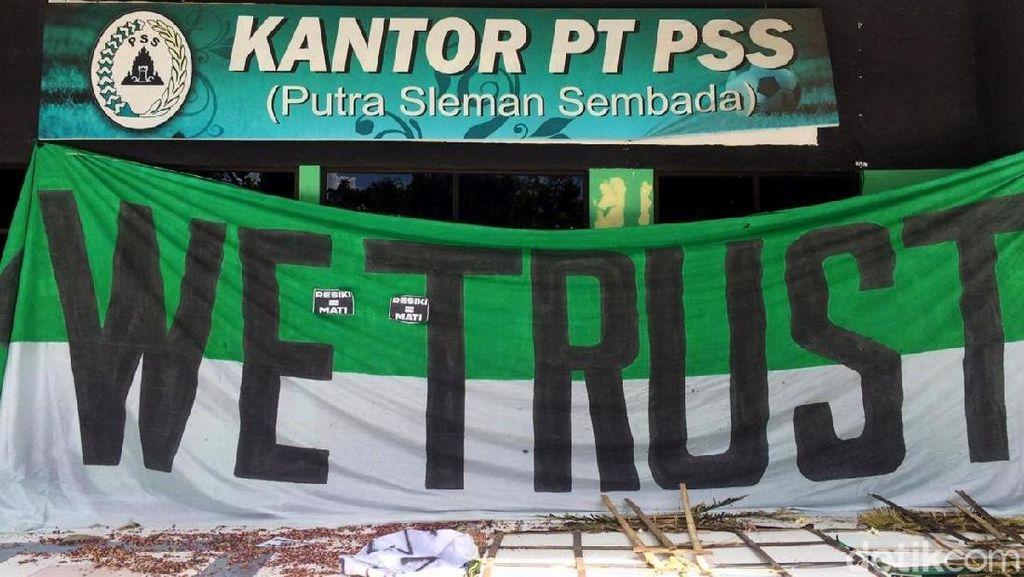 Penampakan Kantor PSS yang Dihiasi Aneka Spanduk Protes
