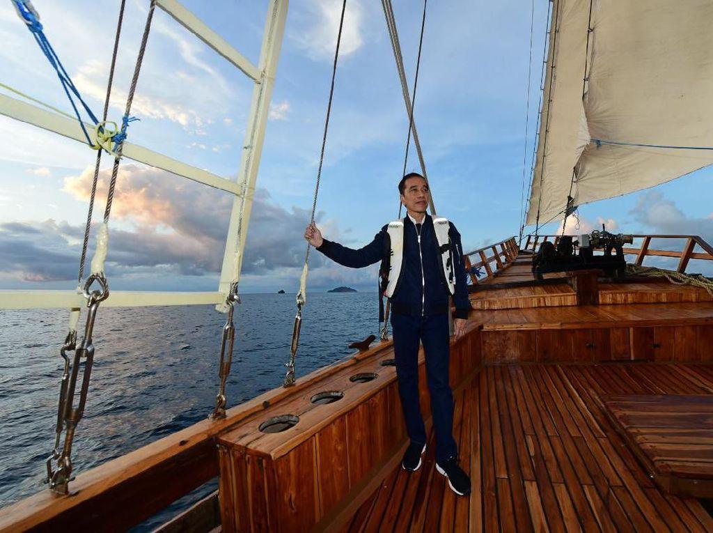 Gaya Jokowi Naik Kapal Pinisi di Labuan Bajo