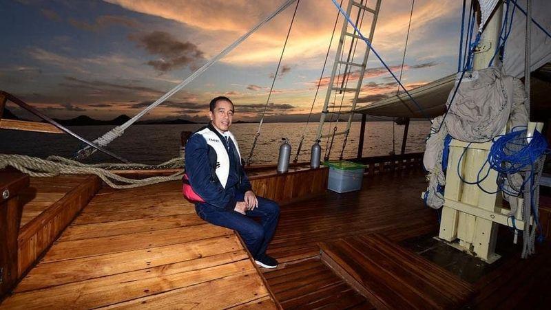 Lewat unggahan foto di laman resminya, Minggu (19/1), Presiden Joko Widodo (Jokowi) membagikan momen dirinya di atas Kapal Phinisi Felicia dengan latar senja cantik di Labuan bajo. Diketahui, Jokowi memang tengah melakukan kunjungan kerja ke satu dari 5 destinasi super prioritas tersebut (Jokowi/Instagram)