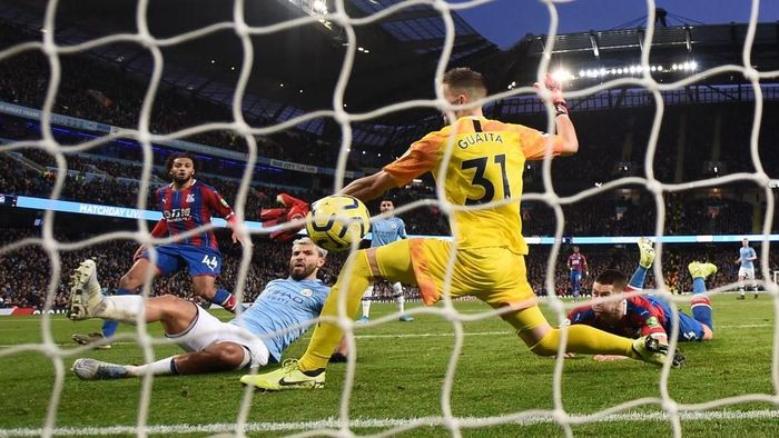 MANCHESTER, ENGLAND - JANUARY 18: Sergio Aguero of Manchester City scores his teams first goal past Vicente Guaita and Luka Milivojevic of Crystal Palace during the Premier League match between Manchester City and Crystal Palace at Etihad Stadium on January 18, 2020 in Manchester, United Kingdom. (Photo by Laurence Griffiths/Getty Images)