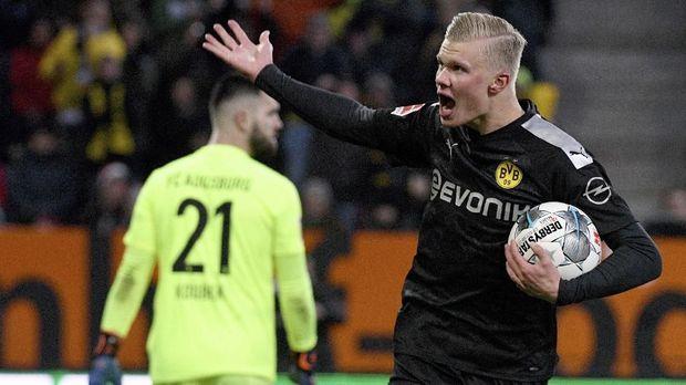 Dortmund's Erling Haaland, left, celebrates after scoring a goal in a German Bundesliga soccer match between FC Augsburg and Borussia Dortmund in Augsburg, Germany, Saturday, Jan.18, 2020. ( Stefan Puchner/dpa via AP)